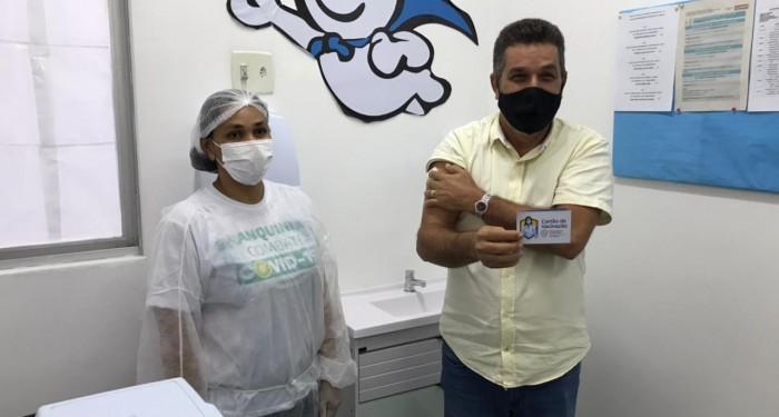 Prefeito Neno Freitas é vacinado