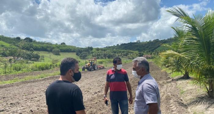 Fortalecimento da Agricultura: Prefeitura segue com serviços de aração de terras