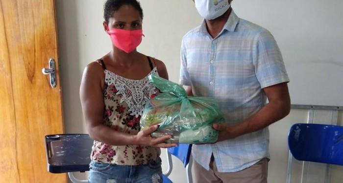 Educação distribui mais de 2.600 kits de gêneros alimentícios
