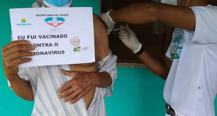 Mais de 180 idosos do município já receberam a primeira dose contra a COVID-19