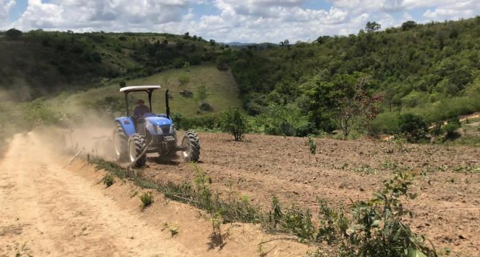 Prefeitura inicia recuperação de estradas da Zona Rural e coloca maquinário à disposição dos produtores